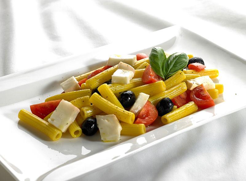 Pasta fredda allo zafferano con Taleggio DOP, pomodorino, olive nere e basilico