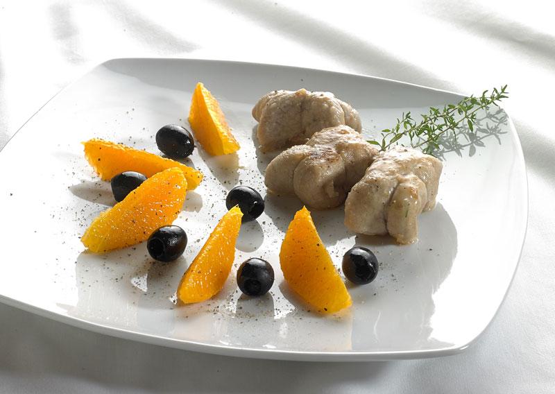 Involtini di vitello con Taleggio DOP e timo e insalata di arance e olive nere